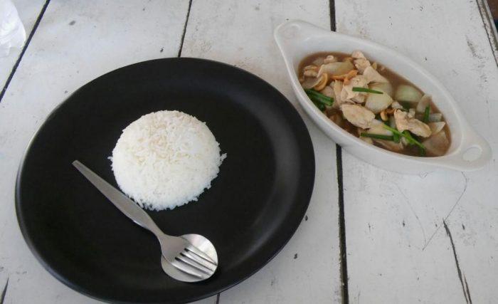 Hyvin tyypillinen täkäläinen annos, jossa riisi on kiva keko. (kuva: Hanna)