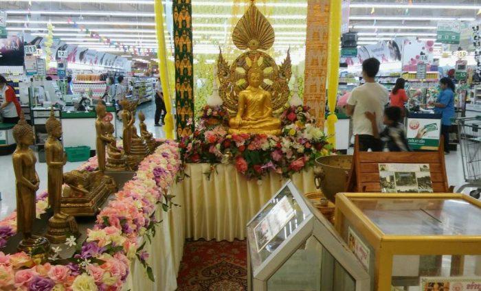 Tesco Lotuksen (paikallisen Prisman) aulassa Buddha-patsaita songkranin aikaan