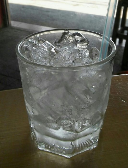 Jääpalojen joukkoon sopii myös liraus juomaa. Kuvassa esiintyy mös toinen suosittu asia nimittäin pilli. Olemme oppineet että kaikkia juomia voi juoda pillillä(kuva: Hanna)