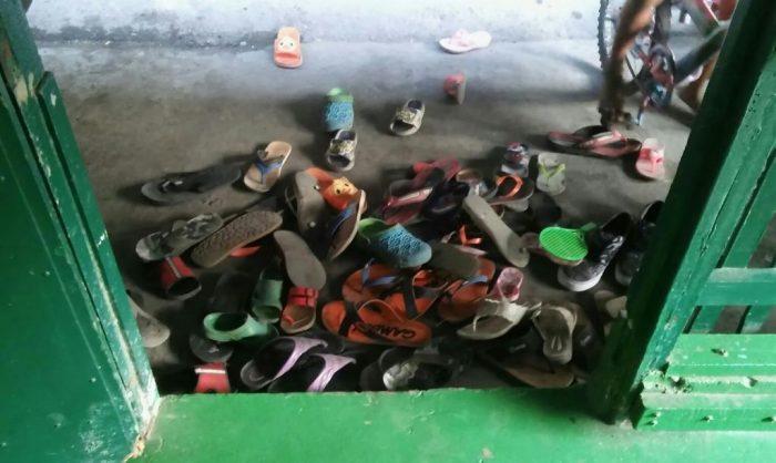 Kengät jalassa ei läpsytellä myöskään Home of Praisen tiloissa. (kuva: Hanna)