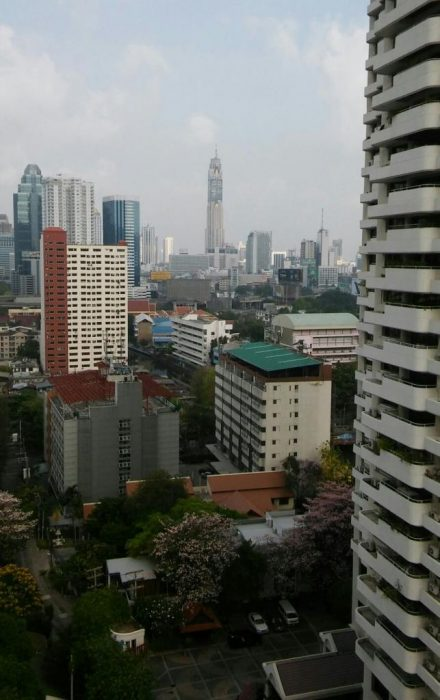 Ylväänä keskellä Bangkokin korkein pilvenpiirtäjä (kuva: Hanna)