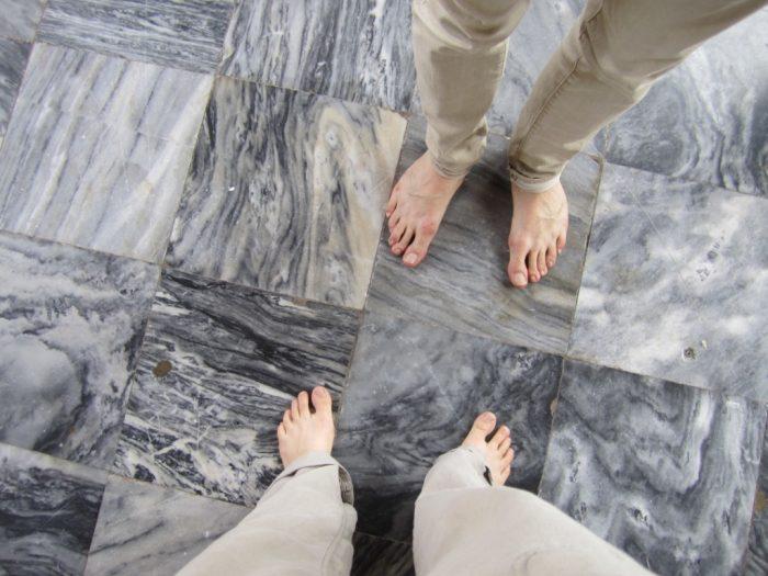 Pitkät lahkeet tai pidempi hame ovat suotavia myös kirkoissa ja temppeleissä. Myös kengät jätetään ulkopuolelle.
